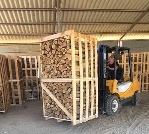העמסת משטח עצים להסקה באמצעות מלגזה